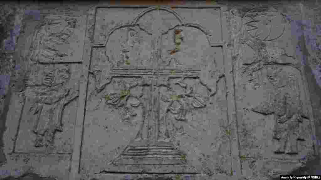 Древний орнамент на каменной плите одного из фонтанов