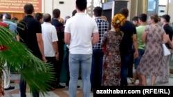 Очередь у банкомата, Туркменистан (архивное фото)