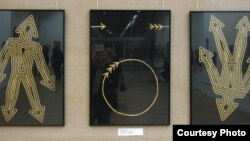 В центре экспозиции выставки «Художники против СПИДа» помещен триптих художника Сергея Булкина под названием «Полет стрелы»