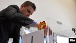 Државна изборна Комисија (ДИК) врши жрепка за утврдување на редоследот на кандидатите на гласачкото ливче за локалните избори 2013 година