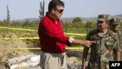 Президент Михаил Саакашвили осматривает место взрыва ракеты в Южной Осетии. 7 августа 2007 года.