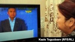 Теледидар көріп отырған тұрғын. Алматы, 12 қаңтар 2012 жыл.