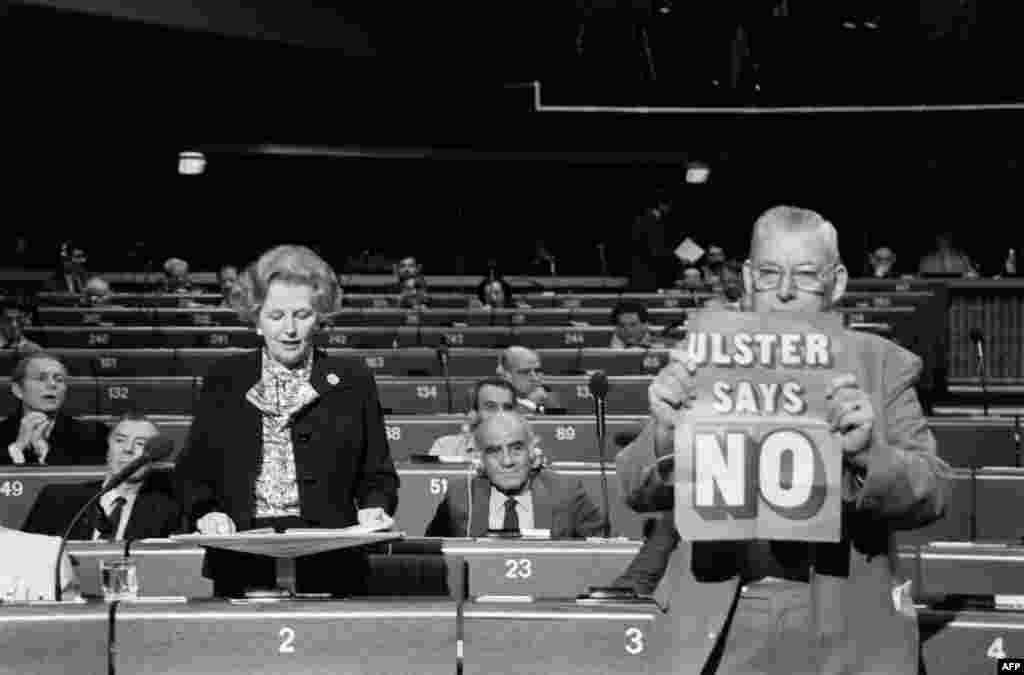 Маргарет Тэтчер Еуропа парламентінде сөйлеп тұр. Страссбург, 1986 жылдың желтоқсаны.