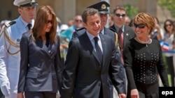 Карла Бруни-Сакркози (слева) с Николя Саркози (в центре) в Израиле, 23 июня 2008 года