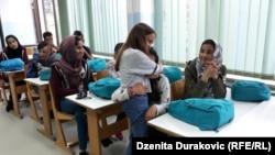 Maja grli Donyu, svoju novu školsku drugaricu