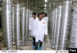 Iran - Iranın sabiq prezidenti Mahmoud Ahmadinejad Natanz uran zənginləşdirmə müəssisəsində, 8 aprel 2008