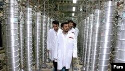 محمود احمدی نژاددر حال بازدید از تاسیسات نطنز در سال ۱۳۸۷.