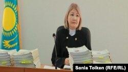 Судья Гульнар Даулешова, председательствующая на процессе по делу Бокаева и Аяна. Атырау, 12 октября 2016 года.