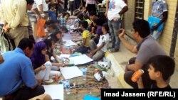 اطفال يرسمون في شارع المتنبي