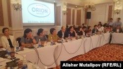 Участники круглого стола «Честные выборы — залог стабильности и мирной передачи власти». Бишкек, 12 мая 2017 года.