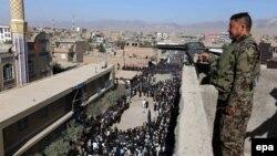 آرشیف: تصویر یک سربازان افغان در حال گرفتن امنیت مراسم روز عاشورا در شهر هرات