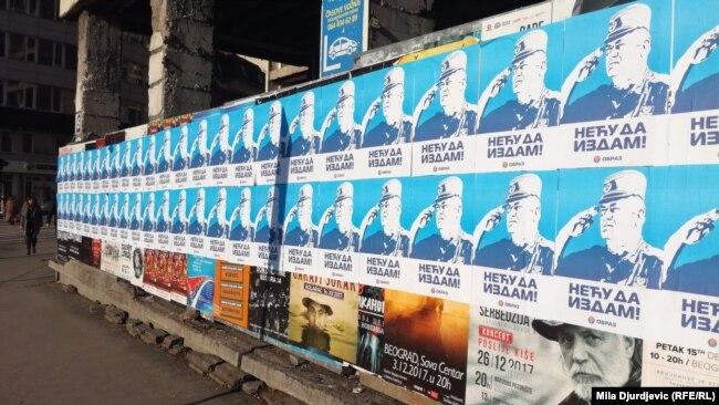 Posterë me fotografinë e Mlladiqit në Beograd.