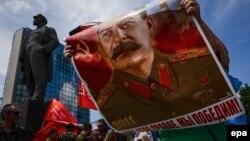 Портрет Сталина на демонстрации в память о начале Великой Отечественной войны. Донецк, 22 июня 2014 года.