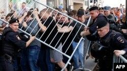 Протестующие пытаются прорваться через полицейский кордон во время митинга протеста против отказа в регистрации представителей оппозиции кандидатами в депутаты на выборах в Мосгордуму. Москва, 27 июля 2019 года