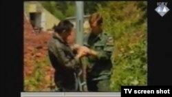 Vezivanje jednog od zarobljenih promatrača UN-a