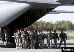 Американские десантники прибыли в Ригу (Латвия) в рамках совместных учений. Апрель 2014 года