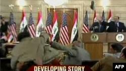 Джордж Бушқа лақтырылған бәтеңкенің басқы қырынан түсірілген көрінісі. Ирак. 14 желтоқсан 2008 жыл.