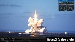 Falcon Heavy зымыран тасығышының ғарышқа ұшырылған сәті. АҚШ, Флорида штаты, 6 ақпан 2018 жыл.