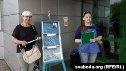 Тацяна Севярынец (зьлева) і Алена Шабуня на пікеце каля крамы «Ніка»
