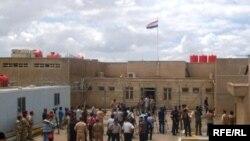 صحفيون أمام بوابة السجن