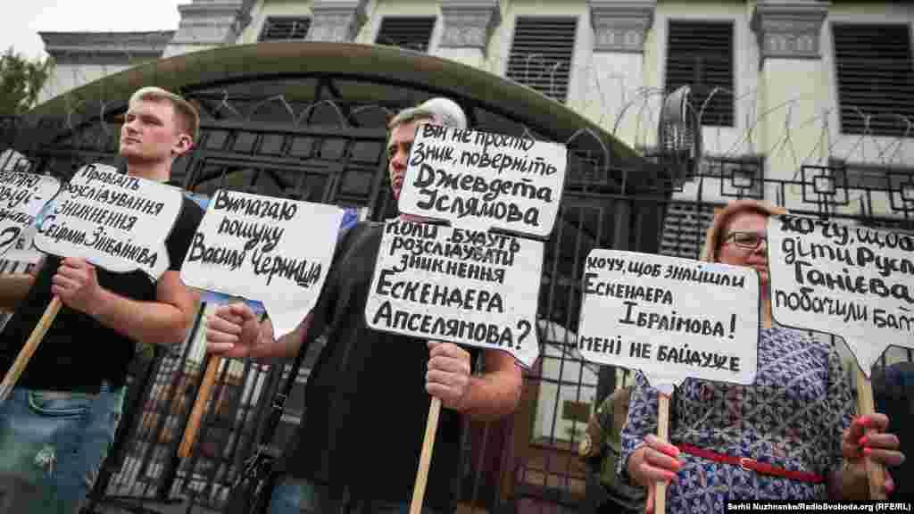 За даними активістів, з моменту окупації Криму Росією зникли 44 кримчанина, 16 – досі вважаються зниклими безвісти, шість – були знайдені мертвими, ще двоє – перебувають у місцях позбавлення волі