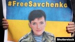 Pamje e një pankarte gjatë një proteste në Ukrainë për lirimin e pilotes Savchenko