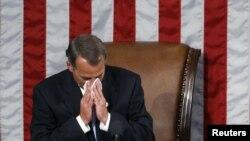 Өкүлдөр палатасынын жаңы спикери Жон Бейнер биринчи сессияны ачып жатып, толкунданып, көз жашын жашыра алган жок. Вашингтон, 5-январь, 2011-жыл