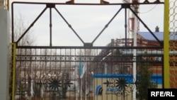 Атырау мұнай өңдеу зауытының өндіріс территориясына кіретін қақпа. Атырау, 30 қараша 2009 ж.