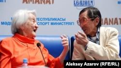 Халима Бекмаханова (сол жақта) мен режиссер, «Аманат» фильмінің сценарий авторы Сатыбалды Нарымбетов. Алматы, 4 маусым 2015 жыл.