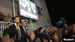 Лидер оппозиции Бидзина Иванишвили выступает перед своими сторонниками в Тбилиси. Ночь с 1 на 2 октября 2012 года