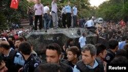 Policia e Turqisë e ka rrethuar tankun ushtarak, derisa njerëzit kanë hipur mbi të në Ankara, pas mesnatës