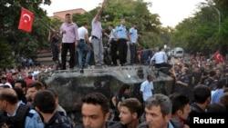 Полицейские кордон и жители останавливают танк. Анкара, 16 июля 2016 года.