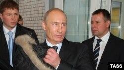 Президент России Владимир Путин, сотрудник ФСО Евгений Зиничев (справа), неизвестный сотрудник ФСО (слева). Фото: Владимир Смирнов/ТАСС