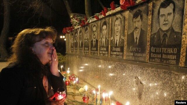 У чернобыльского мемориала. Украина, Славутич. 26 апреля 2012 г