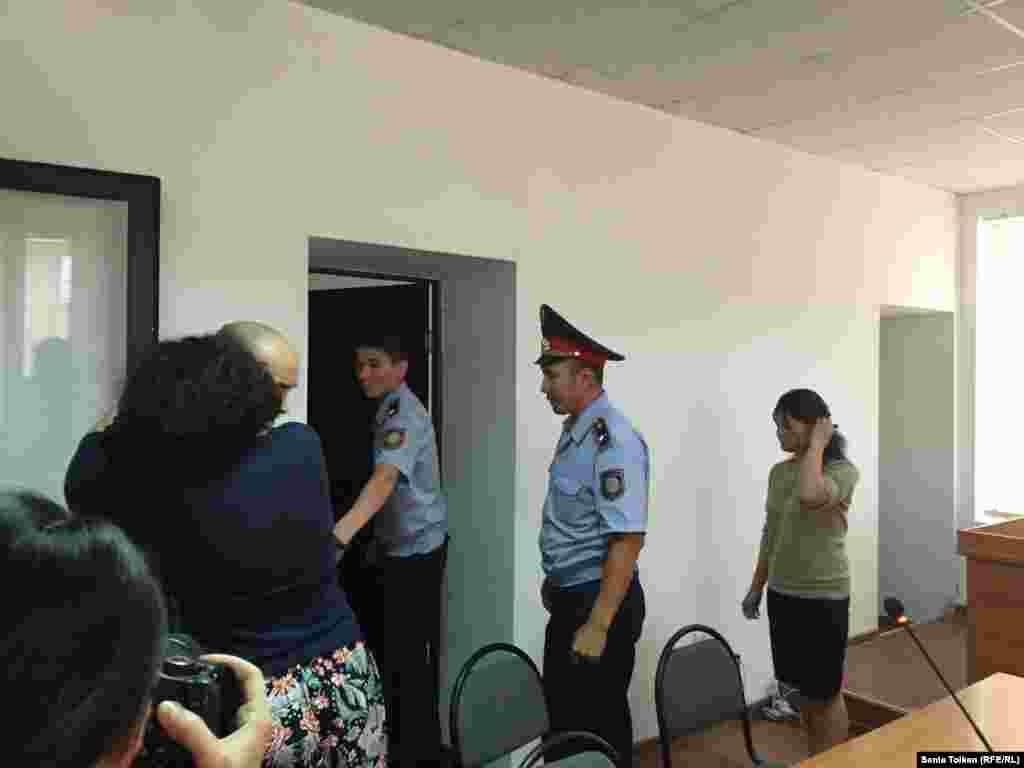 Макс Бокаев прощается с друзьями и родственниками, перед тем, как его уводят из зала суда.