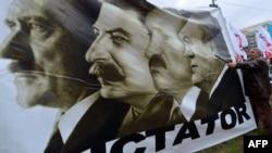 Аляксандар Лукашэнка і Віктар Януковіч на ўкраінскім плякаце супраць дыктатуры выяўленыя разам зь Гітлерам і Сталінам