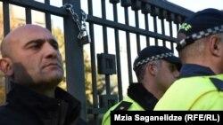 Сегодня символическая цепь с замком была повешена на вход в Генеральную прокуратуру