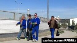 Aşgabadyň Bedew sebitindäki gurluşyklaryň birinde işleýän işçiler.