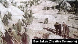 Советские военнопленные работают в Бабьем Яру под надзором войск СС после массовых расстрелов евреев на этом месте