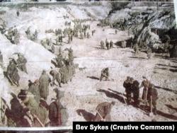 Військовополонені засипають розстріляних у Бабиному Яру. Кадр із німецької фотохроніки