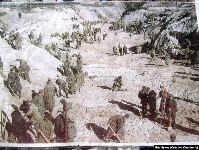 Радянські військові працюють у Бабиному Яру під наглядом німецьких солдатів