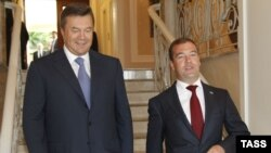 Russian President Dmitry Medvedev (right) and his Ukrainian counterpart, Viktor Yanukovych, in Sochi on August 11