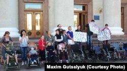 Учасники акції «Доступність для всіх» біля Кропивницької міської ради