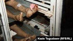 Тәртіпсіздіктер кезінде қаза болғандардың мәйіттері. Маңғыстау облысы Жаңаөзен қалалық мәйітханасы. 18 желтоқсан 2011 жыл.