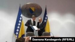 Lars-Gunnar Wigemark predaje izvještaj ministru finansija BiH Vjekoslavu Bevandi, Sarajevo 18. april 2018. Minister Vjek