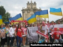Учасники варшавської акції протесту разом із польським вболівальниками