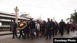 В Сухуме более тысячи человек приняли участие в шествии по набережной и возложении венков у мемориала махаджиров. Там же состоялся траурный митинг, в котором приняли участие руководство республики и представители общественности