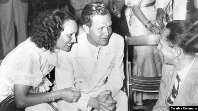 Слева направо: Лида Баарова, ее тогдашний партнер, актер Густав Фрёлих, и будущий партнер Йозеф Геббельс, 1936 год