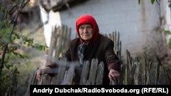 Раїса, 81-річна жителька Богданівки, села, звідки можуть відійти українські війська в рамках розведення. Вересень 2019 року