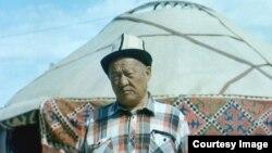 Амантур Акматалиев боз үйдүн жанында. 28.5.1995.